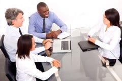 Multi-etnisch team tijdens een vergadering royalty-vrije stock foto