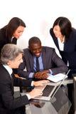 Multi-etnisch team tijdens een vergadering stock fotografie