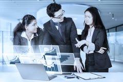 Multi-etnisch zakenlui en virtuele grafiek stock foto's
