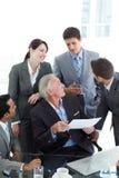 Multi-etnische bedrijfsmensen die een contract bespreken Stock Fotografie