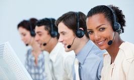 Multi-etnische bedrijfsmensen die hoofdtelefoon met behulp van