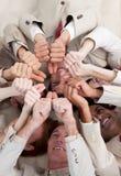 Multi-etnische bedrijfsmensen die op de vloer liggen Stock Foto