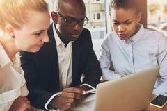 Multi etnische bedrijfsmensen die op kantoor werken Stock Afbeelding