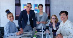 Multi-etnische bedrijfsmensen die over blauwdruk in de conferentieruimte op modern kantoor 4 4k bespreken stock video