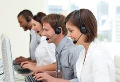 Multi-etnische bedrijfsmensen in een call centre Royalty-vrije Stock Foto