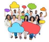 Multi-etnische de Toespraakbellen van het groeps mensen verstand Stock Afbeeldingen