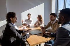 Multi-etnische Diverse Bezige Bedrijfsmensen die op vergadering zitten royalty-vrije stock fotografie