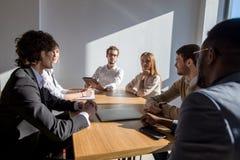 Multi-etnische Diverse Bezige Bedrijfsmensen die op vergadering zitten royalty-vrije stock foto