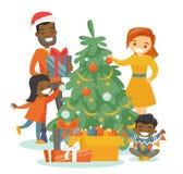 Multi-etnische familie die de Kerstboom verfraaien Royalty-vrije Stock Foto's
