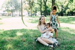 Multi-etnische familie in het park Royalty-vrije Stock Afbeelding