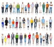 Multi-etnische Groep die Mensen op een rij glimlachen Royalty-vrije Stock Afbeeldingen