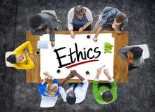 Multi-etnische Groep die Mensen over Ethiek bespreken stock afbeelding