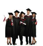 Multi etnische groep gediplomeerde studenten royalty-vrije stock foto
