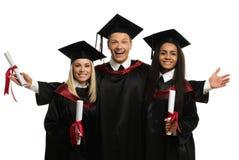 Multi etnische groep gediplomeerde studenten stock foto's