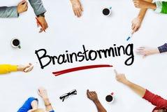 Multi-etnische Groep Mensen en Brainstormingsconcepten Stock Fotografie