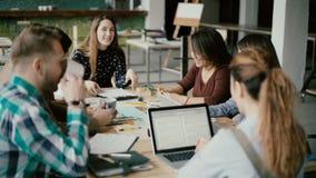 Multi-etnische groep mensen in modern bureau Creatief commercieel team die bij project, het lachen en het glimlachen samenwerken stock footage