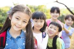 Multi-etnische groep schoolkinderen in park royalty-vrije stock afbeelding