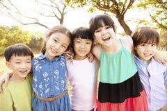 Multi-etnische groep schoolkinderen in park royalty-vrije stock afbeeldingen