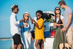 multi-etnische groep vrienden die bier drinken terwijl samen het doorbrengen van tijd Stock Afbeelding