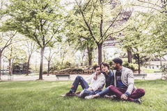 Multi-etnische Groep Vrienden die Pret in Park hebben dichtbij Eiffel Royalty-vrije Stock Afbeelding