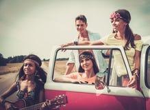 Multi-etnische hippievrienden met gitaar stock afbeelding