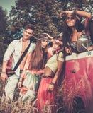 Multi-etnische hippievrienden op een wegreis stock fotografie
