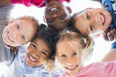 Multi-etnische kinderen in een cirkel stock foto
