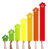 Multi-etnische mensen die de grafiek van de huisenergie houden Stock Foto
