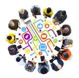 Multi-etnische Mensen die Digitale Apparaten met behulp van Stock Foto