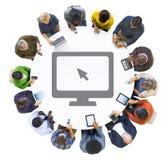 Multi-etnische Mensen die Digitale Apparaten met Computersymbool met behulp van Royalty-vrije Stock Afbeeldingen