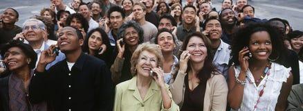 Multi-etnische Mensen die Mobiele Telefoon met behulp van Stock Foto