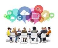 Multi-etnische Mensen in een Vergadering met Sociale Media Symbolen Royalty-vrije Stock Afbeeldingen