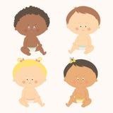 Multi-etnische reeks van vier babys het zitten Peutermeisjes en jongens Royalty-vrije Stock Foto