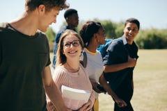 Multi-etnische studenten bij campus royalty-vrije stock afbeeldingen