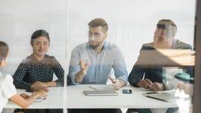 Multi-etnische teambespreking die samenwerking bespreken met bedrijfscli?nt royalty-vrije stock foto's
