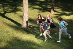 Multi-etnische tieners die in park lopen royalty-vrije stock foto's
