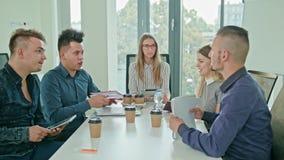 Multi-etnische Zaken Team Meeting stock videobeelden