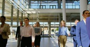 Multi executivos étnicos que andam junto na entrada no escritório 4k video estoque