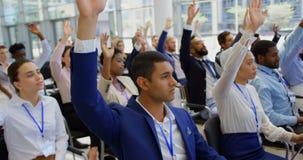 Multi executivos étnicos que levantam as mãos no seminário 4k do negócio vídeos de arquivo