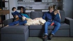 Multi família étnica feliz com crianças e cão video estoque