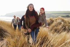Multi família da geração em dunas de areia na praia do inverno fotografia de stock royalty free