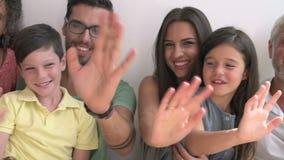 Multi família da geração que está contra a parede e a ondulação vídeos de arquivo