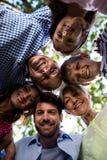 Multi família da geração que forma uma aproximação no parque Fotografia de Stock Royalty Free