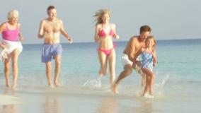Multi família da geração que tem o divertimento no mar no feriado da praia vídeos de arquivo