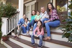 Multi família Sit On Steps Leading Up da geração para abrigar o patamar foto de stock
