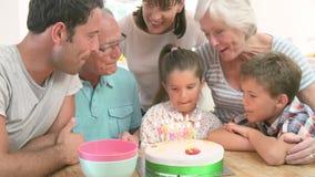 Multi famiglia della generazione che celebra il compleanno della figlia stock footage