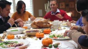 Multi famiglia della generazione che gode del pasto di ringraziamento stock footage