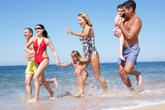 Multi famiglia della generazione che gode della festa della spiaggia Fotografia Stock Libera da Diritti