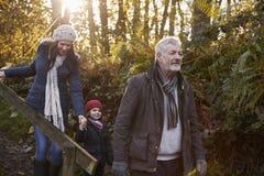 Multi famiglia della generazione che gode della passeggiata nel paesaggio di caduta Fotografie Stock Libere da Diritti