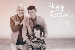 Multi famiglia generazionale con il giorno di padri felice fotografia stock